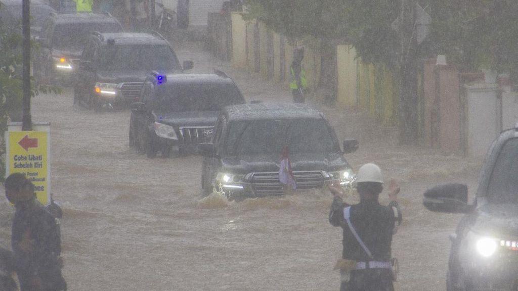 Mobil Jokowi Terobos Banjir Kalsel