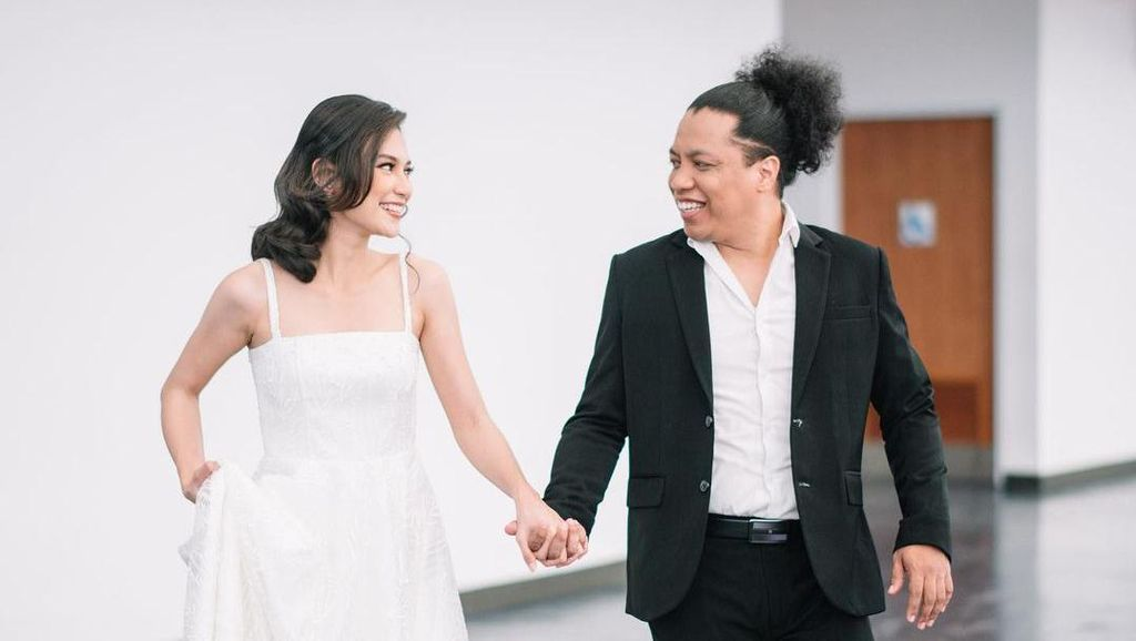 Inspirasi Foto Prewedding Hitam-Putih dari Arie Kriting dan Indah Permatasari