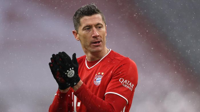 MUNICH, GERMANY - JANUARY 17: Robert Lewandowski of FC Bayern Muenchen reacts to a decision during the Bundesliga match between FC Bayern Muenchen and Sport-Club Freiburg at Allianz Arena on January 17, 2021 in Munich, Germany. Sporting stadiums around Germany remain under strict restrictions due to the Coronavirus Pandemic as Government social distancing laws prohibit fans inside venues resulting in games being played behind closed doors. (Photo by Alexander Hassenstein/Getty Images)