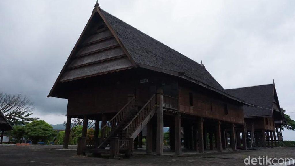 Penampakan Rumah Adat Mamuju yang Rusak Akibat Gempa Sulbar M 6,2