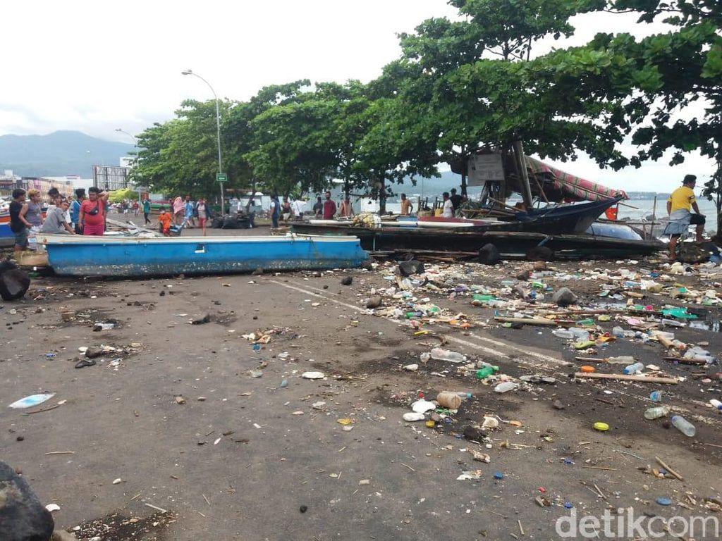 Sampah Berserakan di Kawasan Mega Mas Manado Usai Rob Surut