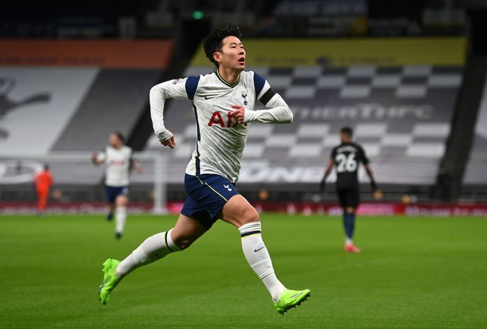 LONDON, ENGLAND - NOVEMBER 21: Heung-Min Son of Tottenham Hotspur celebrates after scoring his teams first goal during the Premier League match between Tottenham Hotspur and Manchester City at Tottenham Hotspur Stadium on November 21, 2020 in London, England. Sporting stadiums around the UK remain under strict restrictions due to the Coronavirus Pandemic as Government social distancing laws prohibit fans inside venues resulting in games being played behind closed doors. (Photo Neil Hall - by Pool/Getty Images)