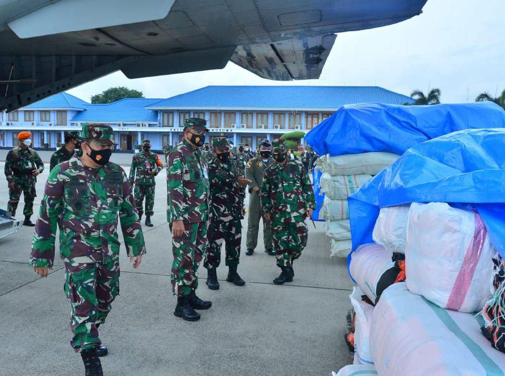 TNI AU Distribusikan 87 Ton Bantuan Logistik ke Sulbar-Kalsel