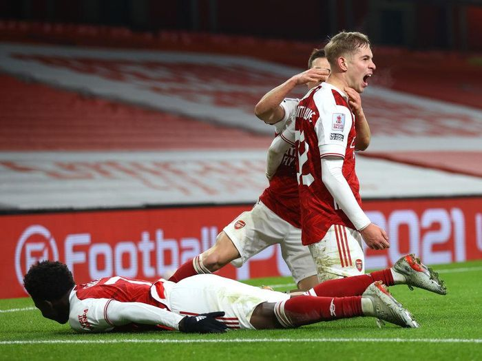 LONDON, ENGLAND - JANUARY 09: Emile Smith Rowe of Arsenal celebrates with teammates (L-R) Bukayo Saka and Cedric Soares after scoring their sides first goal during the FA Cup Third Round match between Arsenal and Newcastle United at Emirates Stadium on January 09, 2021 in London, England. The match will be played without fans, behind closed doors as a Covid-19 precaution. (Photo by Julian Finney/Getty Images)