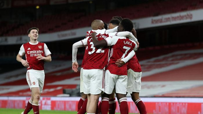 LONDON, ENGLAND - JANUARY 18: Pierre-Emerick Aubameyang of Arsenal (R) celebrates with teammates (L-R) Kieran Tierney, Alexandre Lacazette, Emile Smith Rowe and Bukayo Saka after scoring their teams first goal during the Premier League match between Arsenal and Newcastle United at Emirates Stadium on January 18, 2021 in London, England. Sporting stadiums around England remain under strict restrictions due to the Coronavirus Pandemic as Government social distancing laws prohibit fans inside venues resulting in games being played behind closed doors. (Photo by Catherine Ivill/Getty Images)