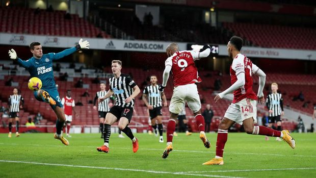 LONDON, ENGLAND - JANUARY 18: Alexandre Lacazette of Arsenal shoots a header which was saved by Karl Darlow of Newcastle United during the Premier League match between Arsenal and Newcastle United at Emirates Stadium on January 18, 2021 in London, England. Sporting stadiums around England remain under strict restrictions due to the Coronavirus Pandemic as Government social distancing laws prohibit fans inside venues resulting in games being played behind closed doors. (Photo by Catherine Ivill/Getty Images)