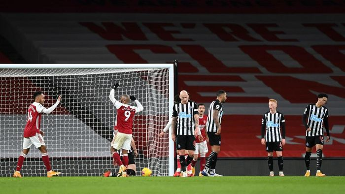 LONDON, ENGLAND - JANUARY 18: Pierre-Emerick Aubameyang of Arsenal (L) celebrates with teammate Alexandre Lacazette after scoring their teams third goal during the Premier League match between Arsenal and Newcastle United at Emirates Stadium on January 18, 2021 in London, England. Sporting stadiums around England remain under strict restrictions due to the Coronavirus Pandemic as Government social distancing laws prohibit fans inside venues resulting in games being played behind closed doors. (Photo by Shaun Botterill/Getty Images)