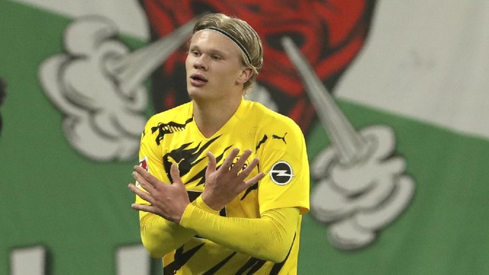 Dortmunds Erling Haaland celebrates after scoring his sides third goal during the German Bundesliga soccer match between RB Leipzig and Borussia Dortmund in Leipzig, Germany, Saturday, Jan. 9, 2021. (AP Photo/Michael Sohn)