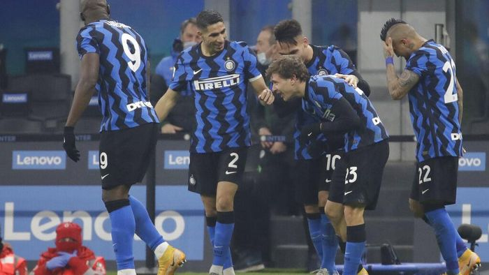 Inter Milans Nicolo Barella, center right, celebrates after scoring his sides second goal during a Serie A soccer match between Inter Milan and Juventus at the San Siro stadium in Milan, Italy, Sunday, Jan. 17, 2021. (AP Photo/Luca Bruno)