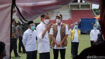 Momen Jokowi Sapa-Bagi Makanan ke Pengungsi Gempa di Mamuju