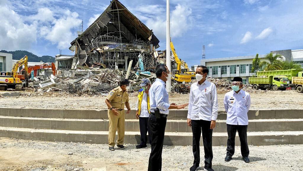 Momen Jokowi Tinjau Lokasi Gempa Mamuju