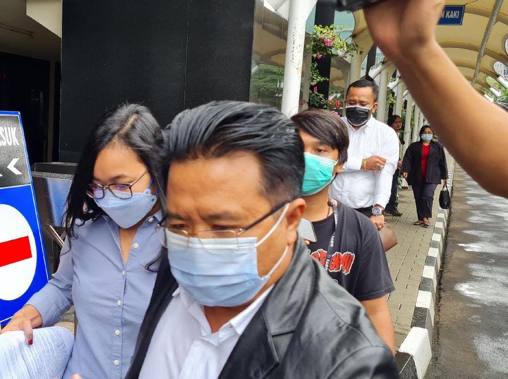 Saksi Korupsi Bansos Corona Keluar Gedung KPK Bersama Penyidik, Ada Apa?