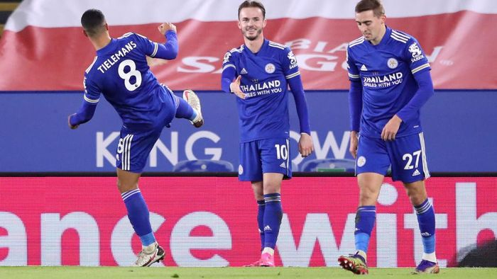 LEICESTER, ENGLAND - JANUARY 16: James Maddison of Leicester City celebrates after scoring their sides first goal whilst keeping a social distance from Youri Tielemans of Leicester City  during the Premier League match between Leicester City and Southampton at The King Power Stadium on January 16, 2021 in Leicester, England. Sporting stadiums around England remain under strict restrictions due to the Coronavirus Pandemic as Government social distancing laws prohibit fans inside venues resulting in games being played behind closed doors. (Photo by Alex Pantling/Getty Images)