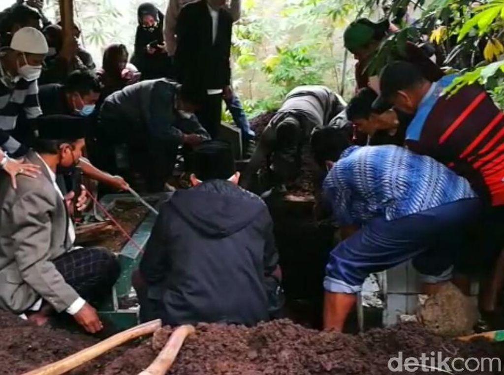 Tangis Keluarga Iringi Pemakaman Pramugari SJ182 Oke Dhurrotul Jannah
