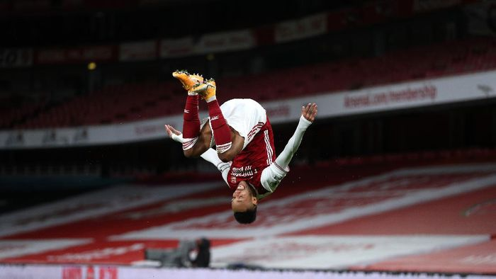 LONDON, ENGLAND - JANUARY 18: Pierre-Emerick Aubameyang of Arsenal celebrates after scoring their teams first goal during the Premier League match between Arsenal and Newcastle United at Emirates Stadium on January 18, 2021 in London, England. Sporting stadiums around England remain under strict restrictions due to the Coronavirus Pandemic as Government social distancing laws prohibit fans inside venues resulting in games being played behind closed doors. (Photo by Catherine Ivill/Getty Images)