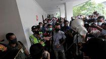 Satgas COVID-19 Bubarkan Ratusan Buruh di PN Pusat