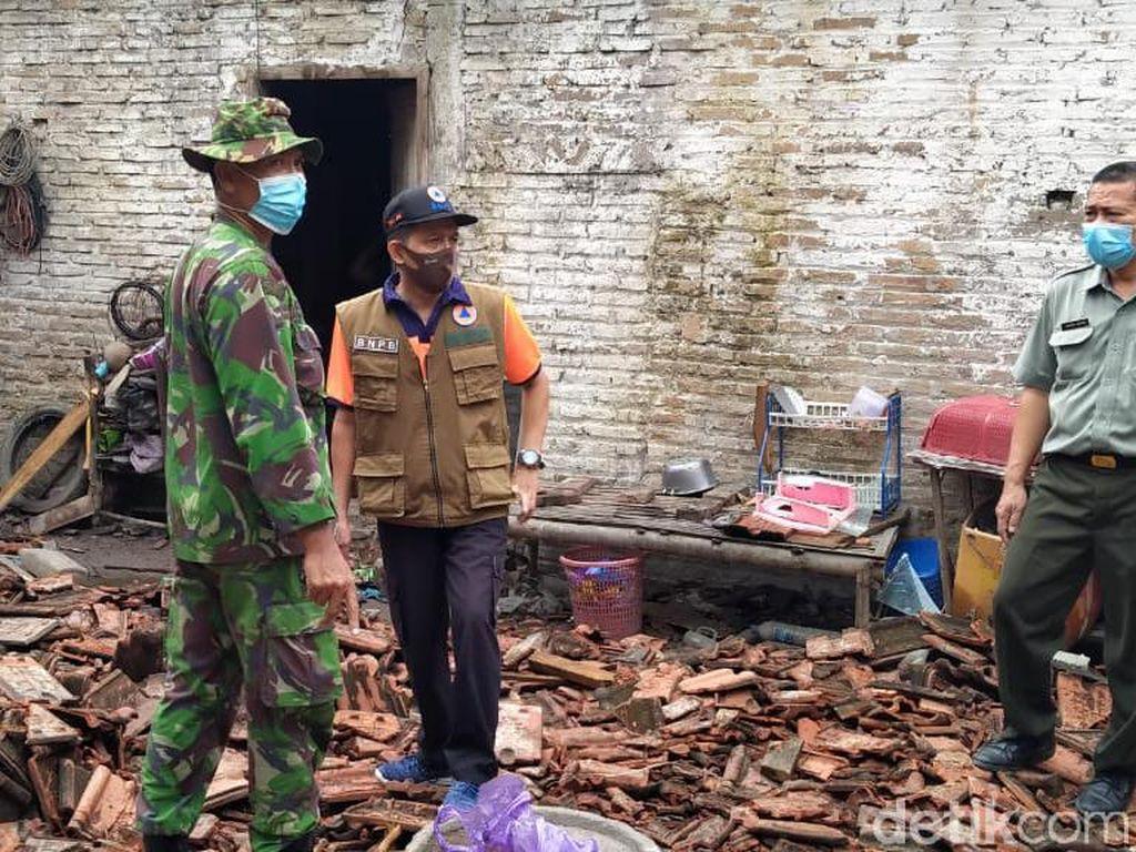 Rumah Roboh Diterjang Angin Kencang di Rembang, 1 Orang Dilarikan ke RS
