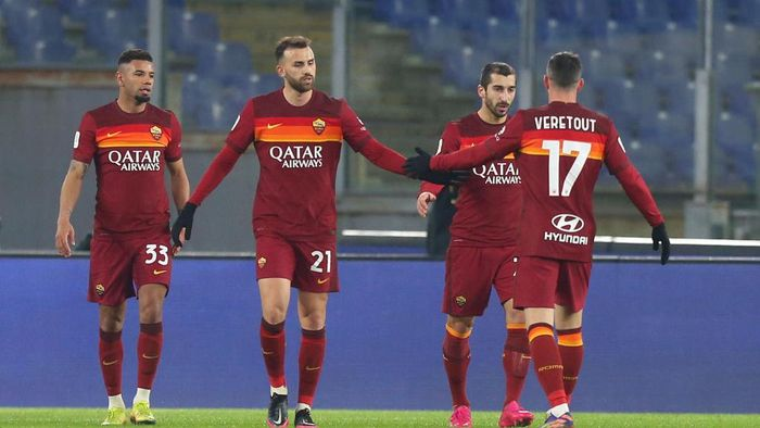 ROME, ITALY - JANUARY 19: Henrikh Mkhitaryan of Roma celebrates with team mates Bruno Peres (L) Borja Mayoral (C) and Jordan Veretout (R) after scoring their sides second goal during the Coppa Italia match between AS Roma and AC Spezia at Olimpico Stadium on January 19, 2021 in Rome, Italy. Sporting stadiums around Italy remain under strict restrictions due to the Coronavirus Pandemic as Government social distancing laws prohibit fans inside venues resulting in games being played behind closed doors. (Photo by Paolo Bruno/Getty Images)