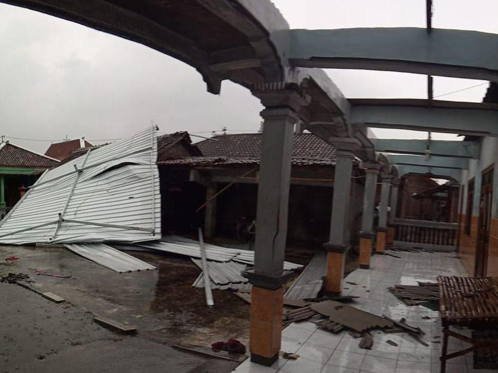 Pohon Tumbang-Atap Rumah di Sukoharjo Rusak Diterjang Hujan dan Angin