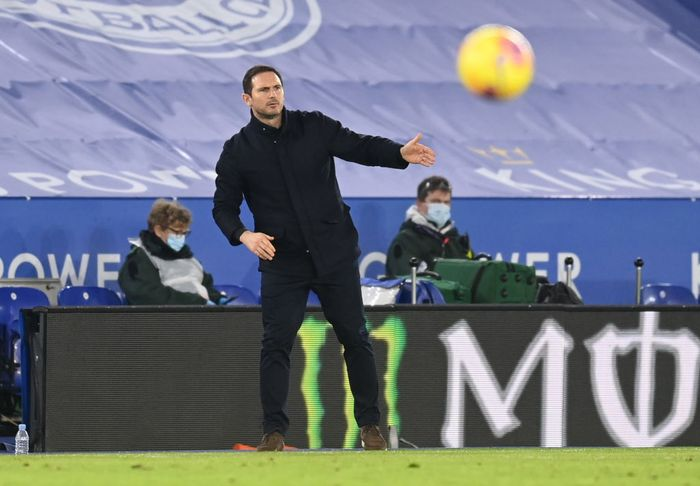 LEICESTER, ENGLAND - JANUARY 19: Frank Lampard, Manager of Chelsea gives his team instructions during the Premier League match between Leicester City and Chelsea at The King Power Stadium on January 19, 2021 in Leicester, England. Sporting stadiums around the UK remain under strict restrictions due to the Coronavirus Pandemic as Government social distancing laws prohibit fans inside venues resulting in games being played behind closed doors. (Photo by Michael Regan/Getty Images)