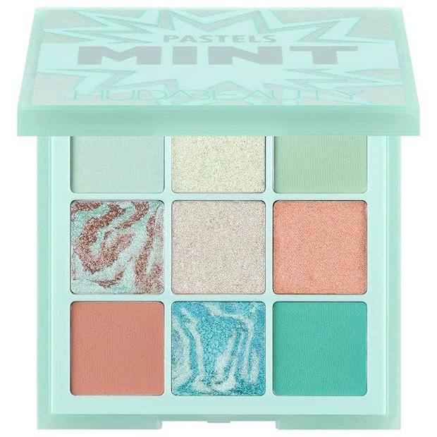 Setiap Huda Beauty Pastels Obsessions Palette dikemas dengan pilihan warna matte berpigmen tinggi, metallic jellies dan shimmer yang berkilau.