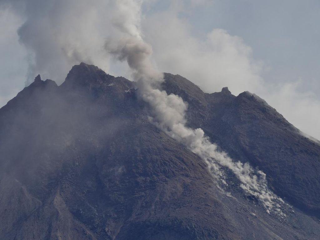 Gunung Merapi Muntahkan 17 Kali Guguran Lava Pijar Pagi Ini