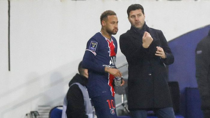 PSGs head coach Mauricio Pochettino, right, instructs PSGs Neymar during the Champions Trophy soccer match between Paris Saint-Germain and Olympique Marseille at the Bollaert stadium in Lens, northern France, Wednesday, Jan.13, 2021. (AP Photo/Christophe Ena)