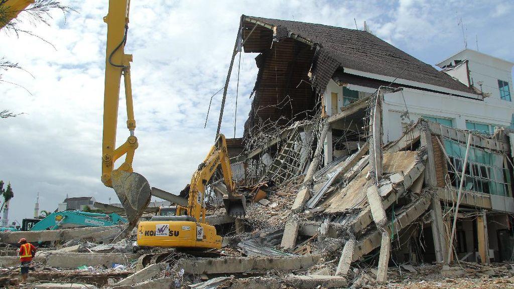 Pasca Gempa, Puing-puing Kantor Gubernur Sulbar Dibersihkan