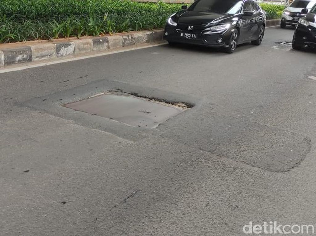 Awas! Penutup Gorong-gorong Tak Rata di Jl Gatsu Jakarta