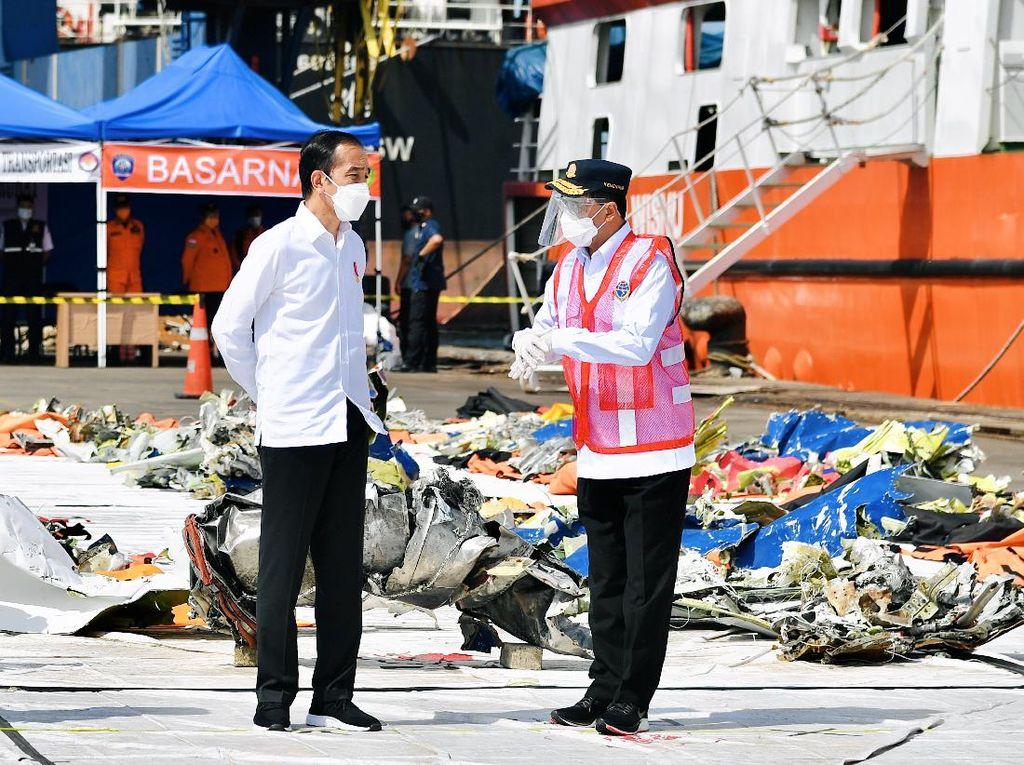 Jokowi Tinjau Posko Darurat Evakuasi Sriwijaya Air SJ182