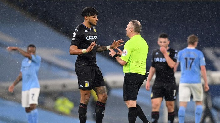 MANCHESTER, ENGLAND - JANUARY 20: Tyrone Mings of Aston Villa talks with Referee, Jonathan Moss during the Premier League match between Manchester City and Aston Villa at Etihad Stadium on January 20, 2021 in Manchester, England. Sporting stadiums around the UK remain under strict restrictions due to the Coronavirus Pandemic as Government social distancing laws prohibit fans inside venues resulting in games being played behind closed doors. (Photo by Shaun Botterill/Getty Images)