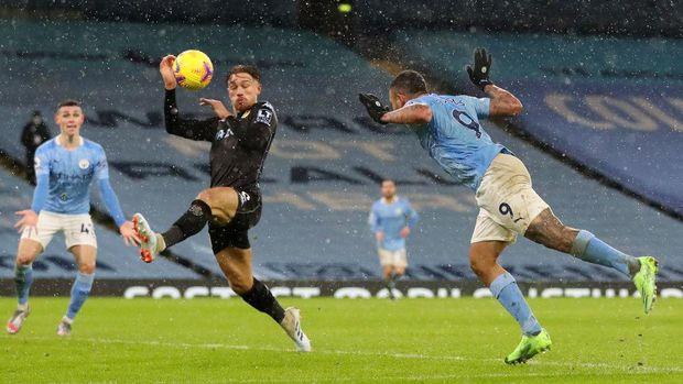 MANCHESTER, ENGLAND - JANUARY 20: Gabriel Jesus of Manchester City heads towards goal as the ball hits the hand of Matty Cash of Aston Villa consequently leading to a penalty decision during the Premier League match between Manchester City and Aston Villa at Etihad Stadium on January 20, 2021 in Manchester, England. Sporting stadiums around the UK remain under strict restrictions due to the Coronavirus Pandemic as Government social distancing laws prohibit fans inside venues resulting in games being played behind closed doors. (Photo by Martin Rickett - Pool/Getty Images)