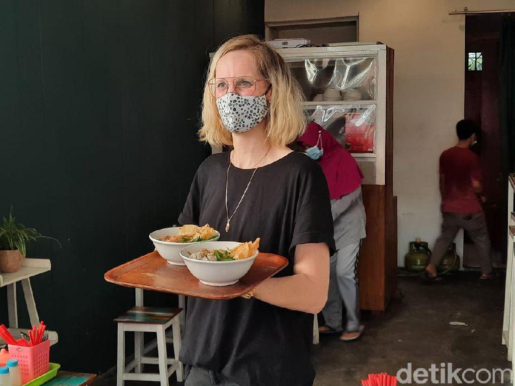 Viral Bule Jualan Mie Ayam di Yogyakarta, Ini Kisahnya