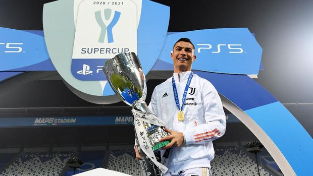 REGGIO NELL'EMILIA, ITALY - JANUARY 20: Cristiano Ronaldo of Juventus celebrates with the PS5 Supercup after victory in the Italian PS5 Supercup match between Juventus and SSC Napoli at Mapei Stadium - Citta' del Tricolore on January 20, 2021 in Reggio nell'Emilia, Italy. Sporting stadiums around Italy remain under strict restrictions due to the Coronavirus Pandemic as Government social distancing laws prohibit fans inside venues resulting in games being played behind closed doors. (Photo by Claudio Villa/Getty Images)