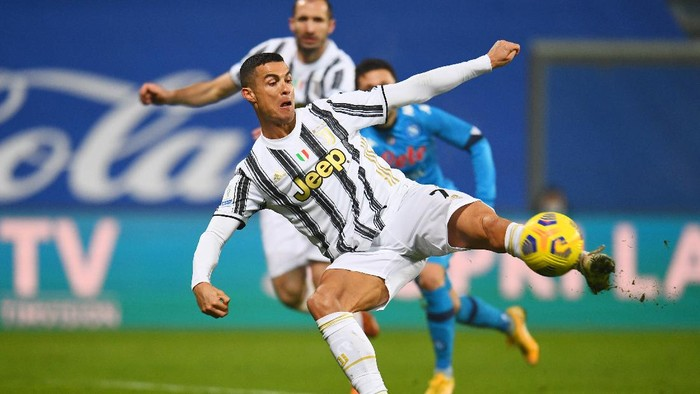 REGGIO NELLEMILIA, ITALY - JANUARY 20: Cristiano Ronaldo of Juventus scores their sides first goal during the Italian PS5 Supercup match between Juventus and SSC Napoli at Mapei Stadium - Citta del Tricolore on January 20, 2021 in Reggio nellEmilia, Italy. Sporting stadiums around Italy remain under strict restrictions due to the Coronavirus Pandemic as Government social distancing laws prohibit fans inside venues resulting in games being played behind closed doors. (Photo by Claudio Villa/Getty Images)