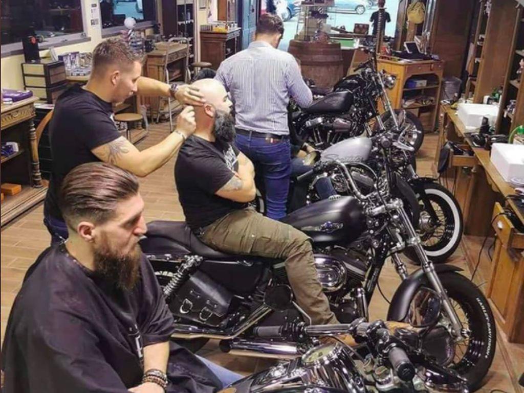 Keren Nih Cukur Rambut di Atas Harley-Davidson!