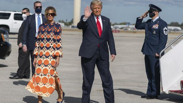 Former President Donald Trump and Melania Trump waves upon arrival from their final flight on Air Force One at Palm Beach International Airport in West Palm Beach, Fla., Wednesday, Jan. 20, 2021. (AP Photo/Manuel Balce Ceneta)