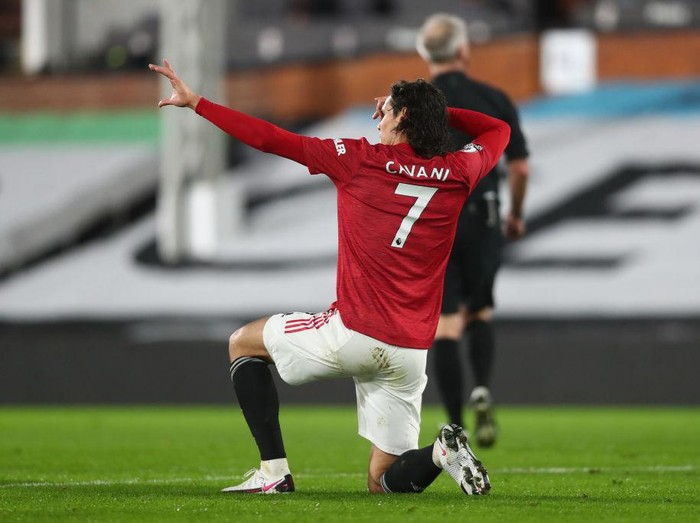 LONDON, ENGLAND - JANUARY 20: Edinson Cavani of Manchester United celebrates after scoring their teams first goal  during the Premier League match between Fulham and Manchester United at Craven Cottage on January 20, 2021 in London, England. Sporting stadiums around the UK remain under strict restrictions due to the Coronavirus Pandemic as Government social distancing laws prohibit fans inside venues resulting in games being played behind closed doors. (Photo by Clive Rose/Getty Images)