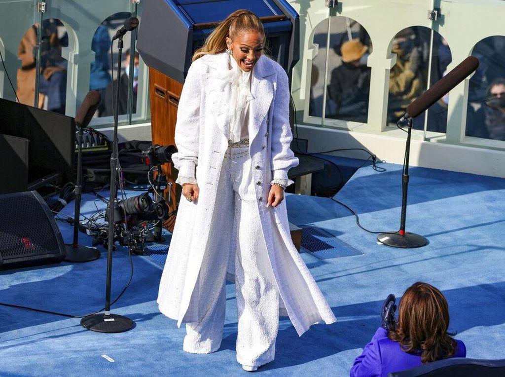 Jennifer Lopez Berbahasa Spanyol Saat Bernyanyi di Pelantikan Joe Biden