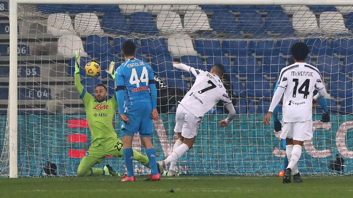 REGGIO NELLEMILIA, ITALY - JANUARY 20: Cristiano Ronaldo of Juventus scores their sides first goal during the Italian PS5 Supercup match between Juventus and SSC Napoli at Mapei Stadium - Citta del Tricolore on January 20, 2021 in Reggio nellEmilia, Italy. Sporting stadiums around Italy remain under strict restrictions due to the Coronavirus Pandemic as Government social distancing laws prohibit fans inside venues resulting in games being played behind closed doors. (Photo by Marco Luzzani/Getty Images)