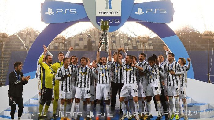 REGGIO NELLEMILIA, ITALY - JANUARY 20: Giorgio Chiellini of Juventus lifts the PS5 Supercup following their sides victory in the Italian PS5 Supercup match between Juventus and SSC Napoli at Mapei Stadium - Citta del Tricolore on January 20, 2021 in Reggio nellEmilia, Italy. Sporting stadiums around Italy remain under strict restrictions due to the Coronavirus Pandemic as Government social distancing laws prohibit fans inside venues resulting in games being played behind closed doors. (Photo by Claudio Villa/Getty Images)