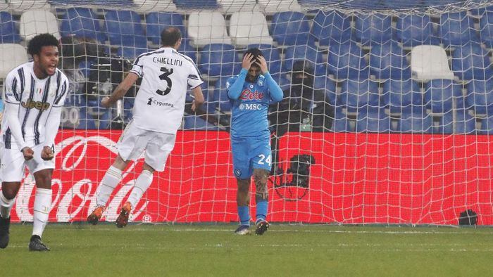 Napolis Lorenzo Insigne reacts after failing to score a penalty kick during the Italian Super Cup final soccer match between Juventus and Napoli at the Mapei stadium in Reggio Emilia, Italy, Wednesday, Jan. 20, 2021. (AP Photo/Antonio Calanni)