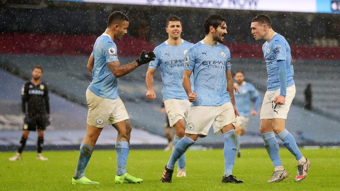 MANCHESTER, ENGLAND - JANUARY 20: İlkay Gundogan of Manchester City celebrates with Gabriel Jesus and Phil Foden after scoring their teams second goal  during the Premier League match between Manchester City and Aston Villa at Etihad Stadium on January 20, 2021 in Manchester, England. Sporting stadiums around the UK remain under strict restrictions due to the Coronavirus Pandemic as Government social distancing laws prohibit fans inside venues resulting in games being played behind closed doors. (Photo by Martin Rickett - Pool/Getty Images)