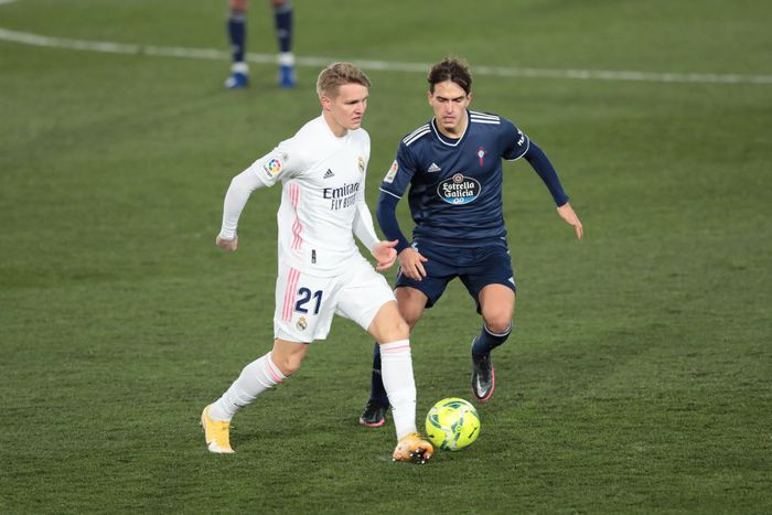 MADRID, SPAIN - JANUARY 02: Martin Oedegaard of Real Madrid battles for possession with Denis Suarez of Celta Vigo during the La Liga Santander match between Real Madrid and RC Celta at Estadio Santiago Bernabeu on January 02, 2021 in Madrid, Spain. Sporting stadiums around Spain remain under strict restrictions due to the Coronavirus Pandemic as Government social distancing laws prohibit fans inside venues resulting in games being played behind closed doors. (Photo by Gonzalo Arroyo Moreno/Getty Images)