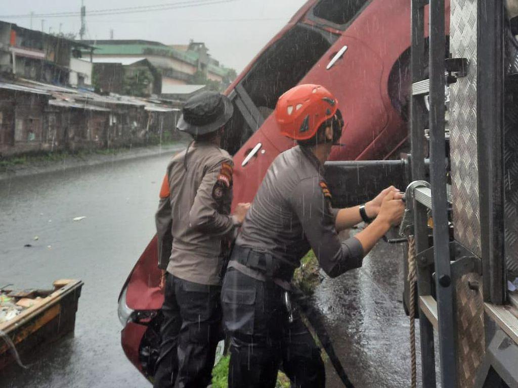 Sopir Injak Pedal Gas Saat Parkir, Minibus di Makassar Terjun Bebas ke Kanal