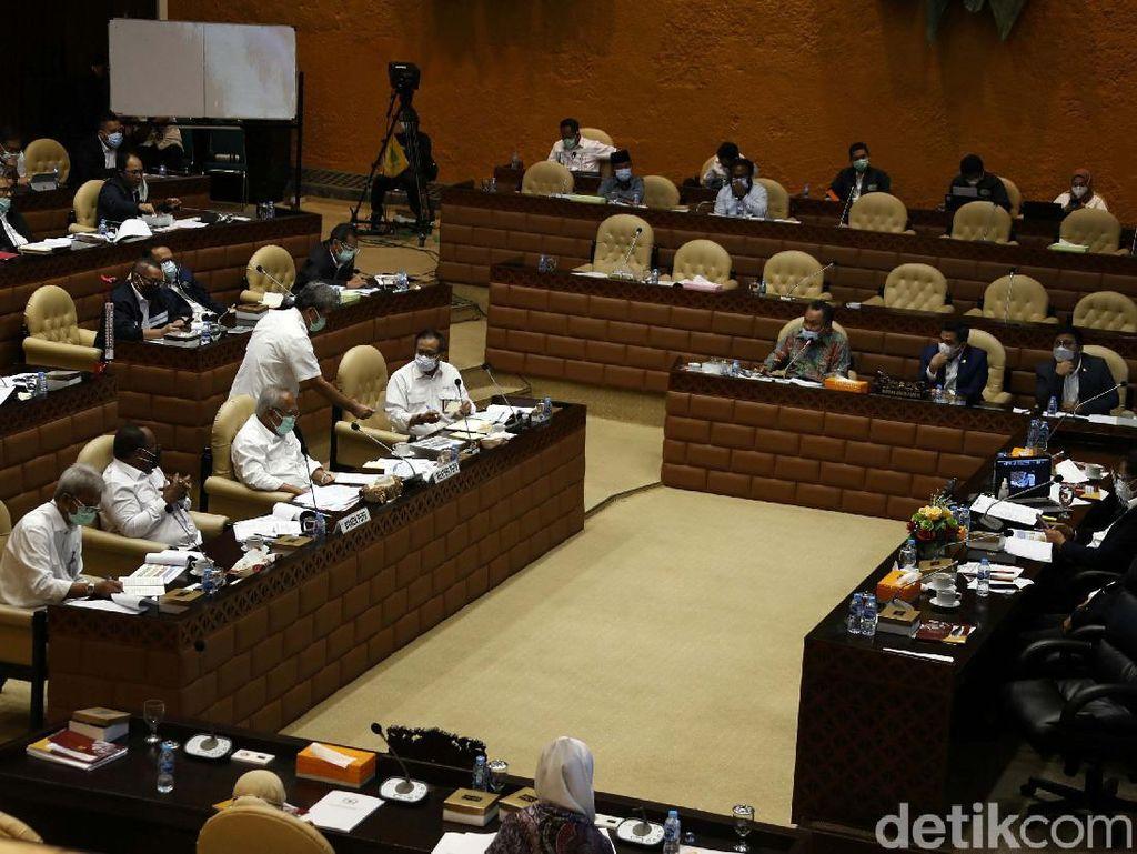 Momen Menteri PUPR Raker dengan Komisi V