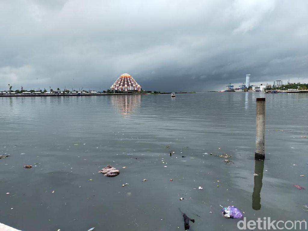 Pantai Losari Makassar Dipenuhi Sampah, Petugas Temukan Kasur-Plastik