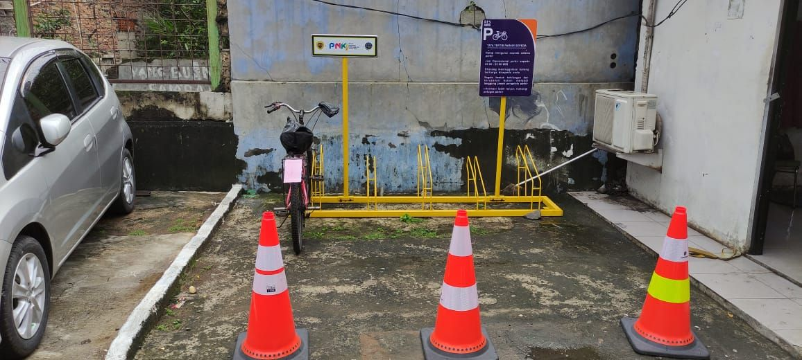 Parkir sepeda di Stasiun Pasar Minggu, Rabu (20/1).