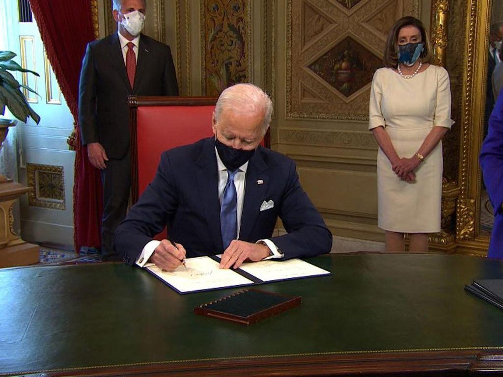 Resmi Dilantik Jadi Presiden AS, Biden Teken Tiga Dokumen Ini