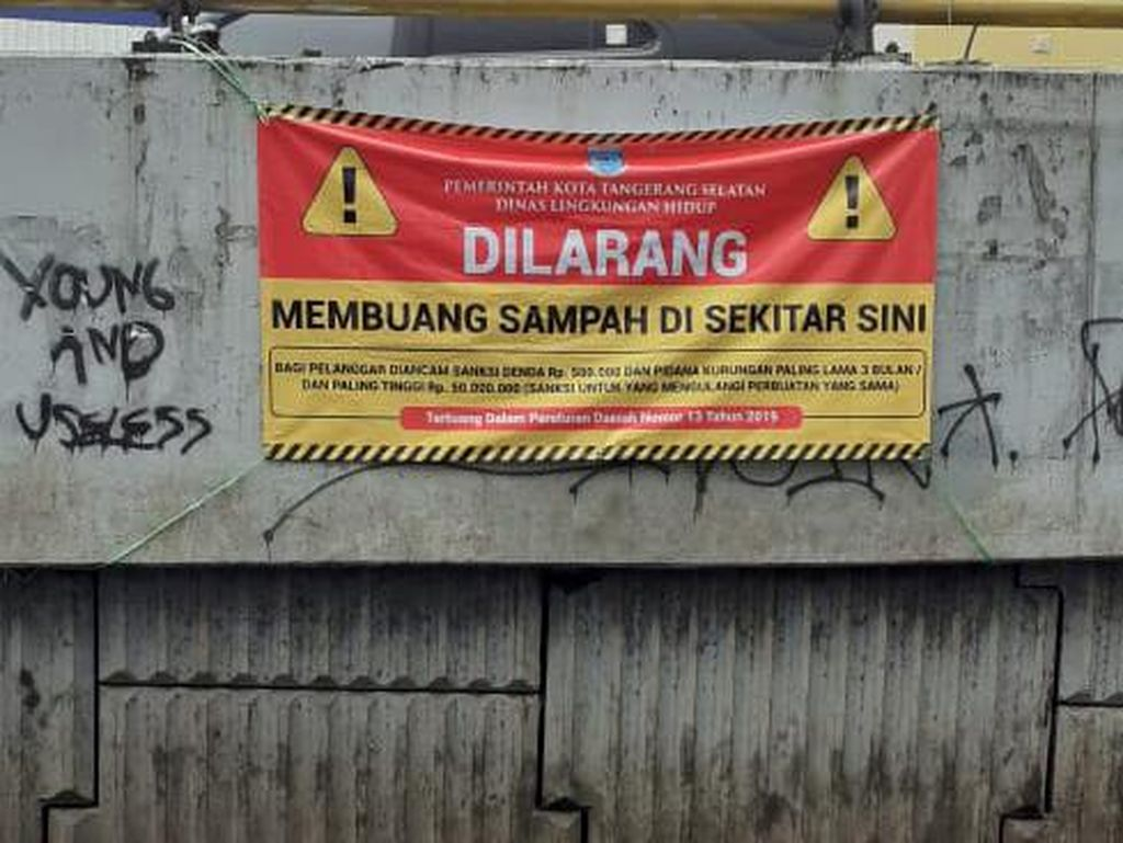 Spanduk Dilarang Nyampah di Flyover Ciputat Dipasang, Denda Rp 50 Juta!